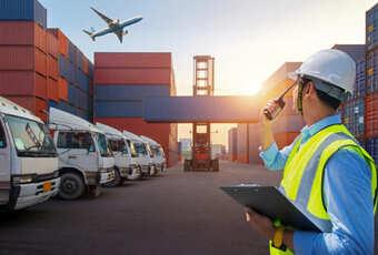 Foto ilustrativa de um funcionário falando ao rádio no porto